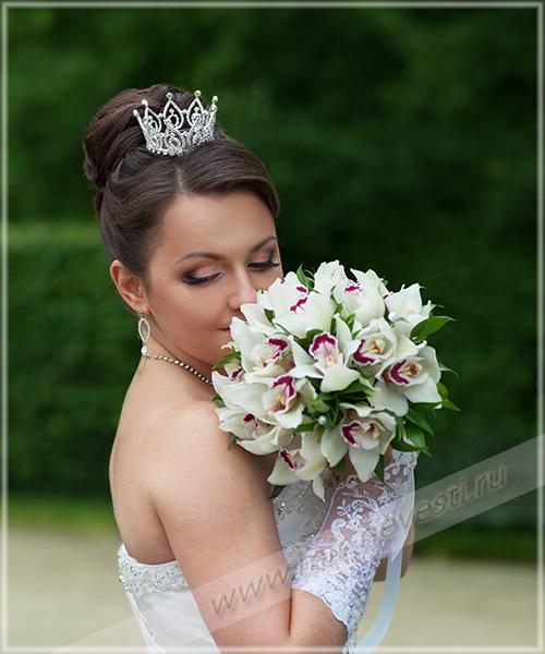 свадебные прически с коронками фото